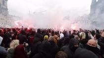 Avrupa'da koronavirüs ayaklanması… Araçlar ateşe veriliyor, mağazalar yağmalanıyor